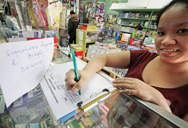 A woman joins a signature campaign rejecting the operation of electronic gambling outlets in Baguio City over the weekend. ARTEMIO DUMLAO