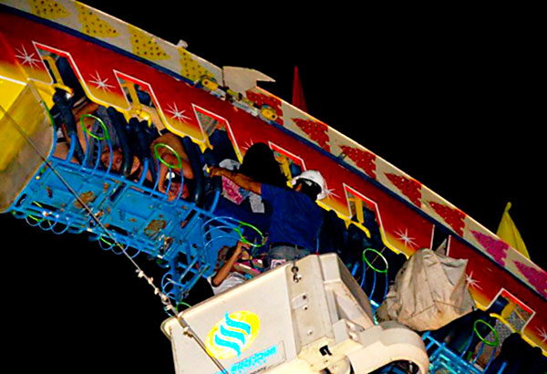 Riders are rescued after a roller coaster malfunctioned at the Subic Fiesta Carnival Park on Monday night. Vic Vizcocho Jr., Bebot Sison Jr.