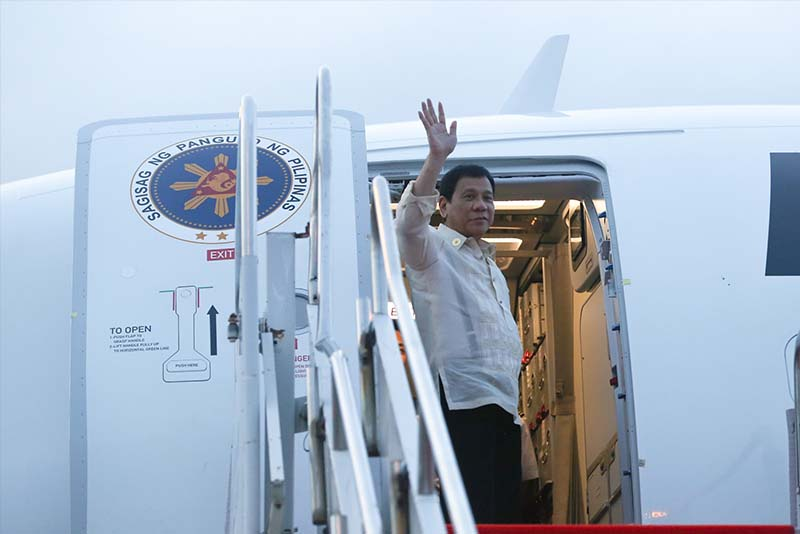 President Rodrigo Duterte waves to bid goodbye to well wishers before his departure from Laos on September 8, following his participation in the 28th and 29th ASEAN Summits. PPD/King Rodriguez