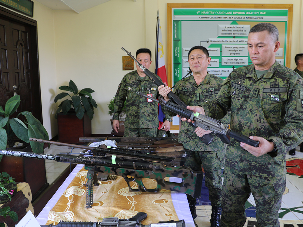 Major Gen. Arnel Dela Vega of the Army's 6th Infantry Division presented to reporters Thursday the firearms and explosives recovered from militants killed in recent encounters with soldiers in Maguindanao. Philstar.com/John Unson