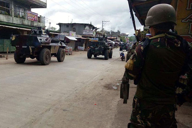 Tanks roll in to tackle IS-linked militants in besieged Philippine city