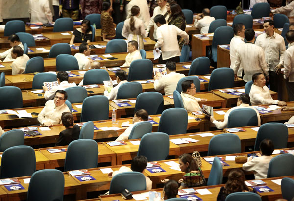 In radio interviews, Speaker Pantaleon Alvarez said yesterday the House of Representatives would convene as a constituent assembly (con-ass) and work on a federal constitution even without the participation of the Senate. Philstar.com/Photo File