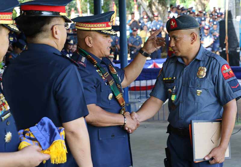 Police Director General Ronald Dela Rosa shakes hand with PO1 Jose Angelo Zorilla whom he awarded with a Medalya ng Papuri during his visit to Parang, Maguindanao on Thursday. Philstar.com/John Unson