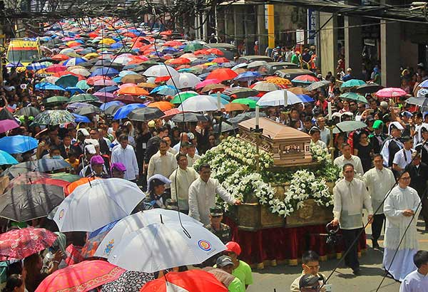 Thousands join the funeral march for Cebu Archbishop Emeritus Ricardo Cardinal Vidal in Cebu City yesterday. A.N. BANAYNAL/ THE FREEMAN