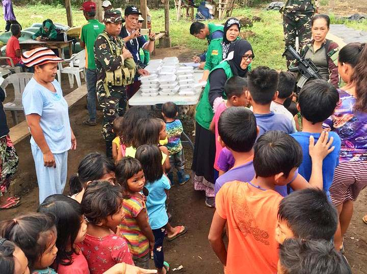 Maguindanao relief workers distribute packed meals to displaced Teduray children. Philstar.com/John Unson