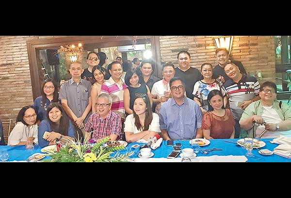 Sec. Martin Andanar (Presidential Communications Operations Office) poses for a 'family picture' with movie writers after a free-wheeling interview at Annabel's restaurant the other day. He was 'among friends,' that's why he was so relaxed and so casual.
