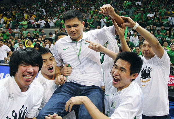 La Salle coach Juno Sauler gets a victory ride during last year's UAAP title conquest.