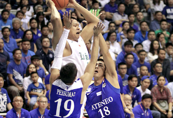 La Salle's Norbert Torres looks for an open teammate as he tries to fight off Ateneo's tough defense put up by Von Pessumal and Gideon Babilonia during the two team's clash in the UAAP men's basketball tournament at the Big Dome. JUN MENDOZA