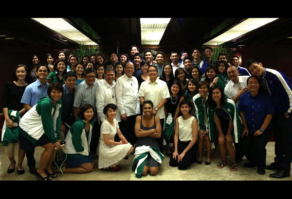 The Ateneo men's and women's volleyball squads and the La Salle Lady Spikers pay a courtesy call to President Benigno Aquino III at the Malacañang Palace on Tuesday. Malacañang photo