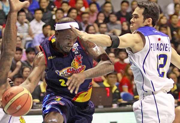 Wayne Chism (middle) during a tour of duty with the Rain or Shine Elasto Painters last year. Philstar.com/File photo
