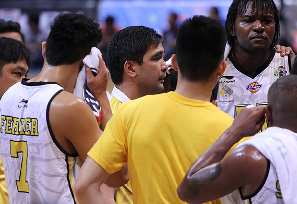 The Growling Tigers gather in a huddle during a timeout. | Efigenio Toledo IV/Philstar.com File