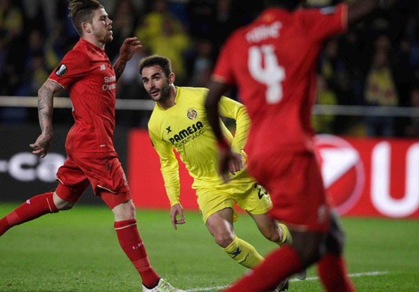 Villareal's Adrian Lopez, center, celebrates after scoring the opening goal during their Europa League semifinal first leg soccer match between Villarreal and Liverpool FC at the Madrigal stadium in Villarreal, Spain, Thursday April 28, 2016 (Friday in Manila). | AP Photo/Alberto Saiz