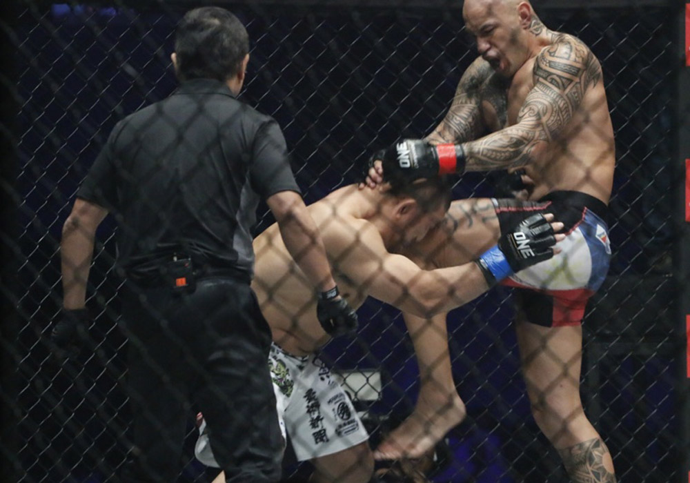 Brandon Vera tags challenger Hideki Sekine with a knee in their Bantamweight clash. The Filipino-American fighter hurriedly dispatched his foe to keep his ONE Championship strap | Photos via Philstar.com/Jonathan Asuncion