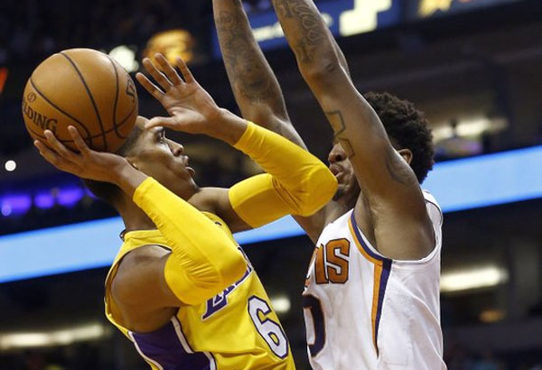 Los Angeles Lakers guard Jordan Clarkson (6) drives to the hoop against Phoenix Suns forward Marquese Chriss (0) during the first half of an NBA basketball game Monday, Nov. 13, 2017, in Phoenix. | AP Photo/Ross D. Franklin