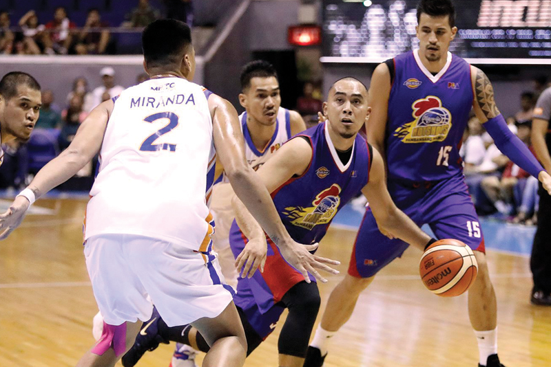 Magnolia Hotshot Paul Lee dribbles out of a double team by Michael Miranda and Cyrus Baguio of NLEX Road Warriors while teammate Marc Pingris looks on in their PBA Philippine Cup matchup Sunday at the Smart Araneta Coliseum. Magnolia won, 105-94. PBA Image