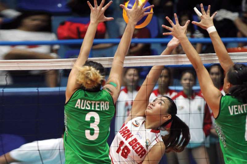 San Beda's Francesca Racraquin (right) goes up against St. Benilde's Anne Austero during their NCAA clash yesterday. Jun Mendoza