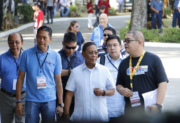 Vice President Jejomar Binay is the first presidential candidate to arrive in University of the Philippines-Cebu for the 2nd presidential debate. Philstar.com/Efigenio Toledo IV