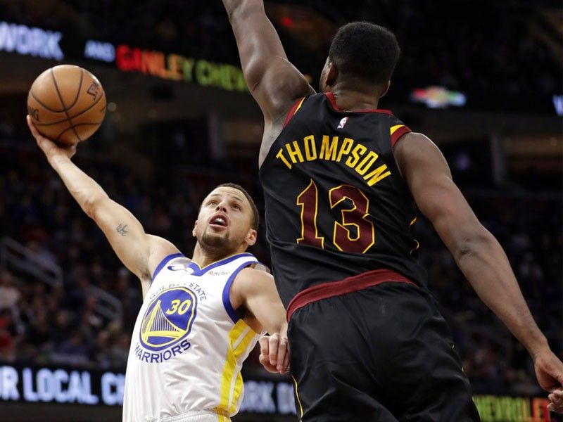 Curry scores 43 as Warriors roll past Cavs in faux Finals rematch