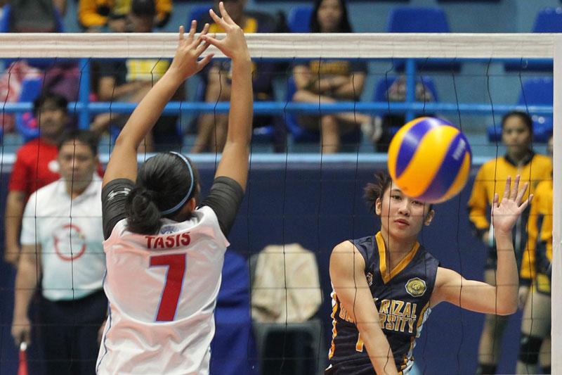 Hinatawan ni Grace Verzosa ng JRU si Yvonne Tasis ng EAC sa NCAA Season 93 women's volleyball. Jun Mendoza
