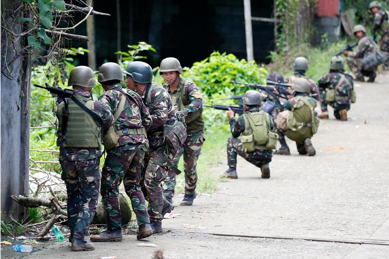 Ayon kay Presidential Spokesperson Ernesto Abella, bagaman at sinimulan na ang pag-pull out ng mga sundalo sa Marawi City hindi nangangahulugan na tapos na talaga ang labanan sa pagitan ng gobyerno at ng mga natitira pang miyembro ng Maute terrorist group. AP/Bullit Marquez, File