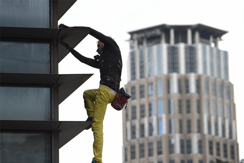 WATCH: �French Spiderman� Alain Robert arrested after climbing Makati building