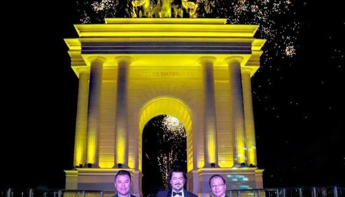 The 19-meter tall Arco de Emperador dazzles Arcovia City visitors at night as it illuminates in colors. In photo during its unveiling are (from left) Megaworld EVP Kevin Tan, sculptor Gines Serran Pagan and Megaworld Resort Estates managing director William Co.