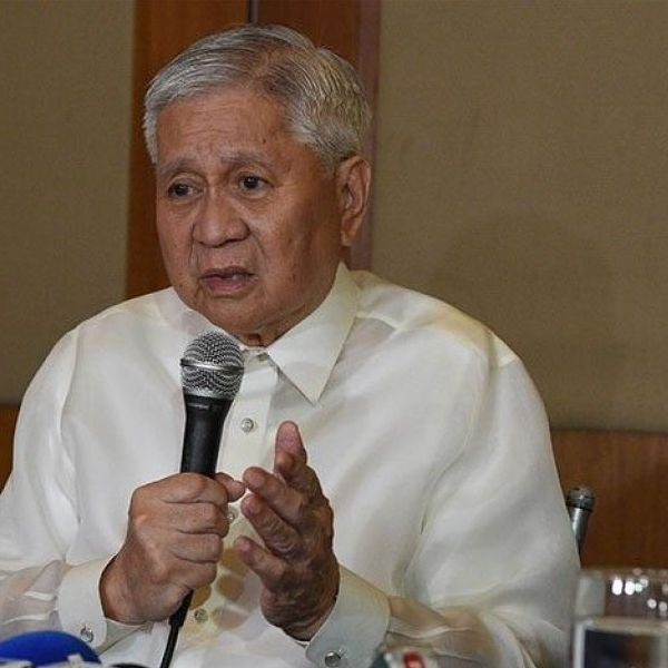 Philippines' former foreign affairs secretary Albert del Rosario (L) speaks while Conchita Morales, former head of the anti-graft body listens during a press conference in Manila on March 22, 2019. The two former Philippine officials submitted a communication at the International Criminal Court (ICC) asking the tribunal to investigate the alleged crimes perpetrated by Chinese President Xi Jingping and other Chinese officials against Filipino fishermen in the disputed South China Sea.
