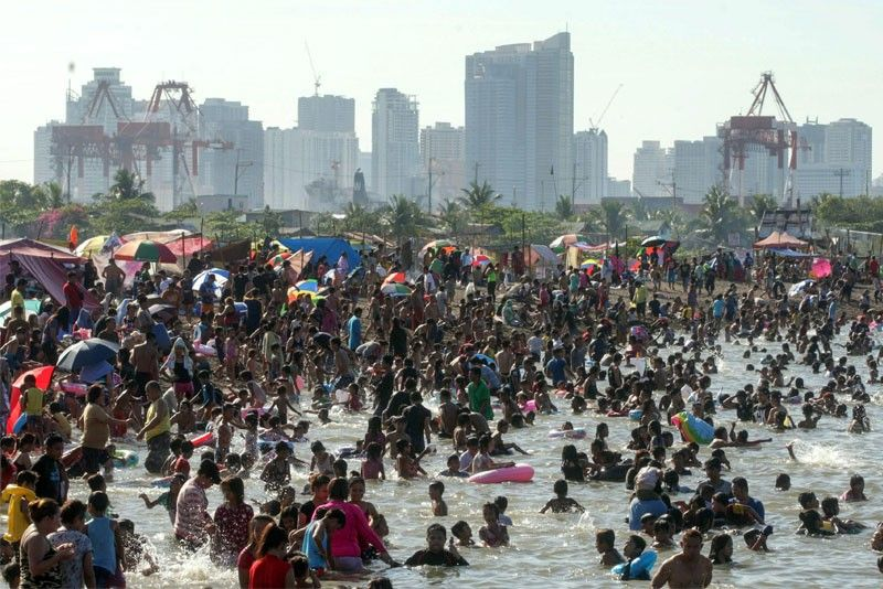 Manilans flock to 'Baseco Beach'