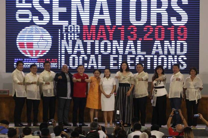 WATCH: No Duterte signature fist bump for Poe, Binay during group photo