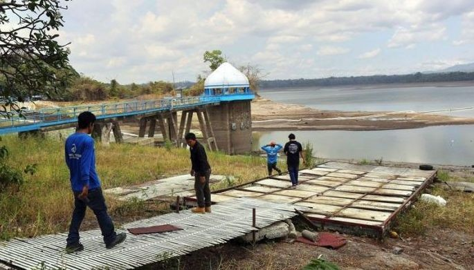 La Mesa Dam�s water level was recorded at 68.72 meters last March 15, the lowest in more than 20 years. The drop, which breached the critical level of 69 meters, prompted water concessionaires to implement water rationing.