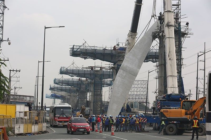 Collapsed coping beam of Skyway Stage 3 project causes NLEX traffic