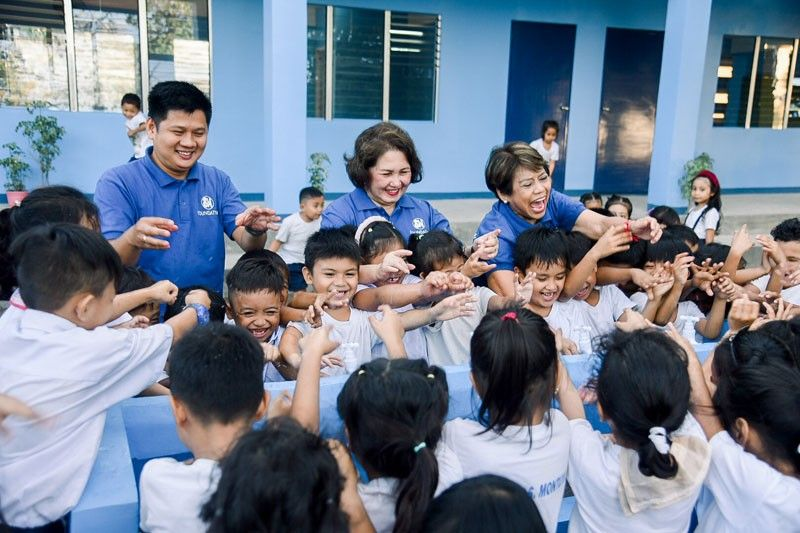 Daet students receive 1st SM school building in 2020