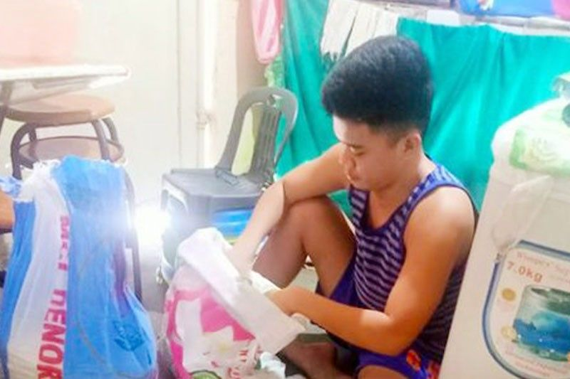 Taguig scholar uses allowance to donate rice packs