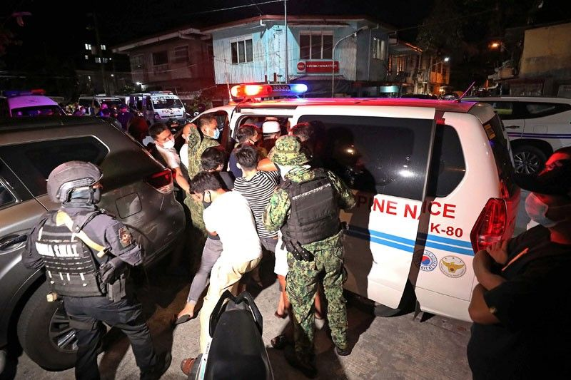 Manila residents in standoff with cops