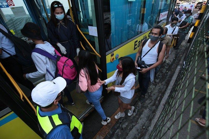 'Social distancing' sa public transpo babawasan mula Lunes, pasahero dadami