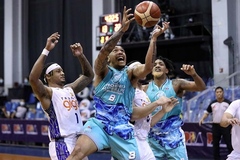 Abueva seizes opportunity to lead Phoenix with ailing Wright
