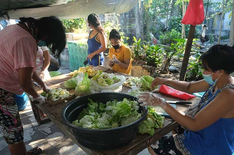 San Roque residents cook up community kitchens during wait for 'ayuda'