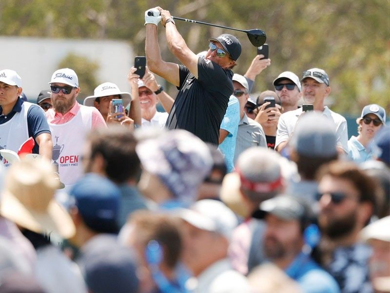Cell phone woes hit Mickelson in poor start at US Open