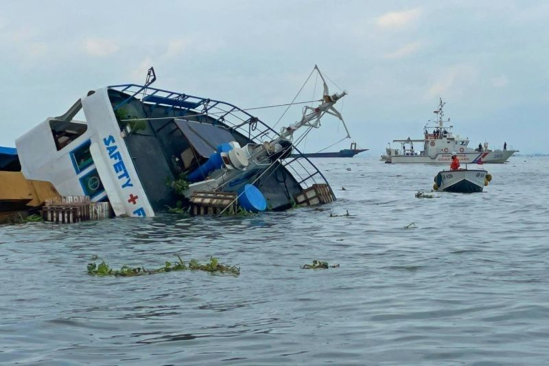 Oil spill off Manila after cargo ship collides with dredger