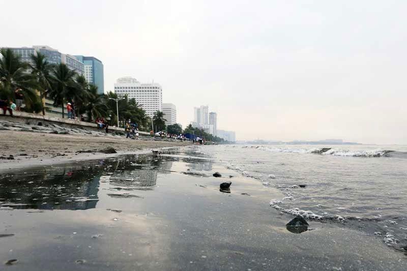 2 truck ng basura nahakot sa Manila Bay