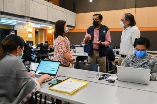 Dr Rabindra Abeyasinghe, WHO Representative to the Philippines, talks to Undersecretary Leopoldo J. Vega and One Hospital Command Center Operations Manager Dr Bernadett Velasco in this undated photo.