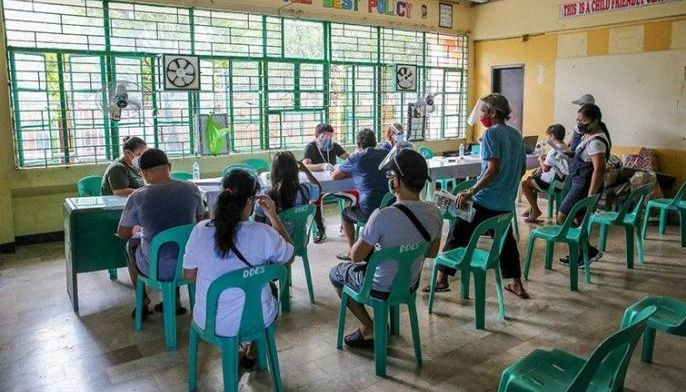 Residents of Dagat Dagatan Navotas City who are on the waiting list receive the Social Amelioration Program budget from the local government unit on Sept. 16, 2021.